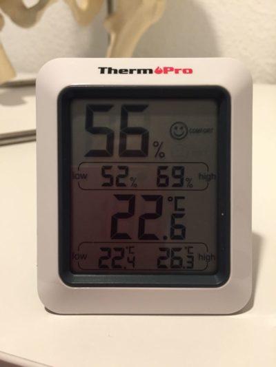 Sommertemperatur in der Praxis (Thermometer zeigt 22,6°C)